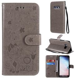 Embossing Bee and Cat Leather Wallet Case for Samsung Galaxy S10e (5.8 inch) - Gray
